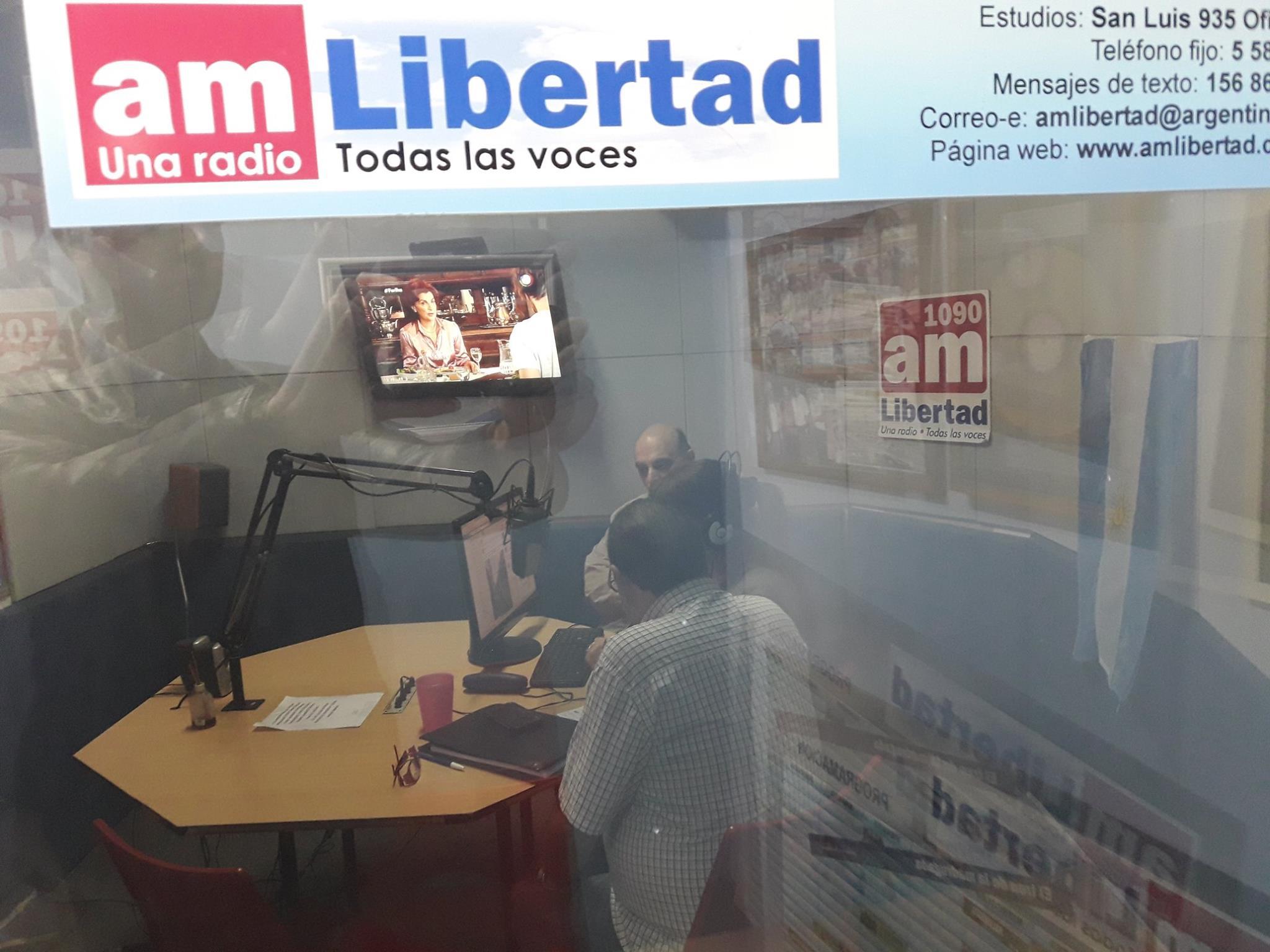 """Biondini en los estudios de AM Libertad 1090 de Rosario dialogando con el periodista Hugo Fernández Moreno, conductor del programa """"El Protagonista"""" (foto 1)"""